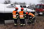 Autobus se u Miroslavi dostal mimo silnici po kolizi s nákladním autem. Cestujícím pomáhali hasiči.