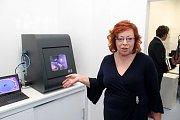 Majitelka polyfunknčího domu Anna Klejdusová představuje nejmodernější stomatologickou technologii.