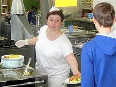 Školáci dnes běžně dostávají nabídku několika jídel v moderně zařízených školních kuchyních. Ilustrační foto.