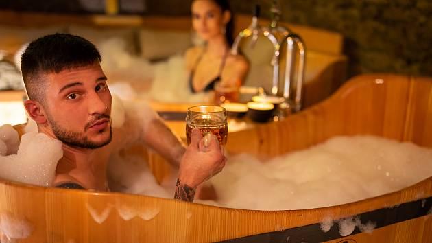 Znojmo má pivní lázně. V historickém podzemí. Lidé se mohou naložit do dřevěných kádí se speciální koupelí a přímo z kádě si sami čepovat pivo.