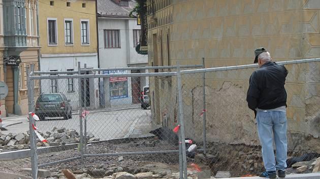 Historická cisterna na Velké Michalské je zatím stále vidět.