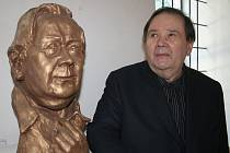 Básník Jiří Kuběna u vlastní busty od sochaře Karla Žáka.
