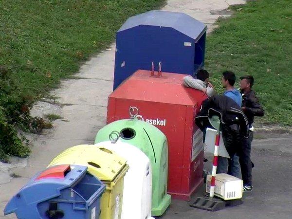 Na trojici mužů, která zkontejneru na použitý elektroodpad vytahuje vyhozené přístroje, upozornily znojemské strážníky městské kamery. Staré elektropřístroje vytahovali muži zkontejneru spolu vulici Dukelských bojovníků, kde se pustili ido kontejneru.