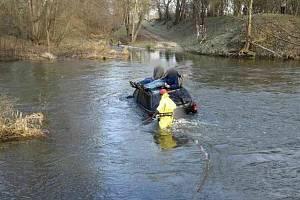 V katastru obce Slup uvízlo osobní auto při průjezdu brodu uprostřed řeky Dyje.