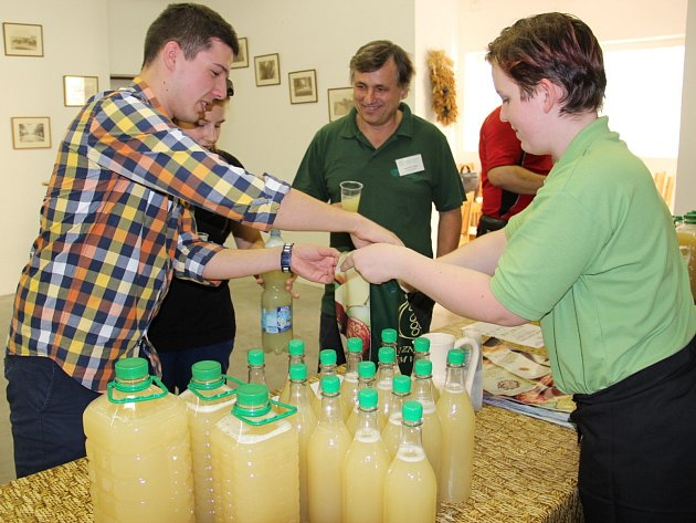 Po prodejcích u silnic, kteří nabízí burčák už několik dní, začala s prodejem i větší vinařství ze Znojemska, mimo jiné Znovín Znojmo.