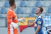 Loni prvoligová Jihlava potvrdila roli favorita a ve třetím kole druhé ligy si připsala třetí vítězství, když porazila Znojmo (v modrém) jasně 3:0.