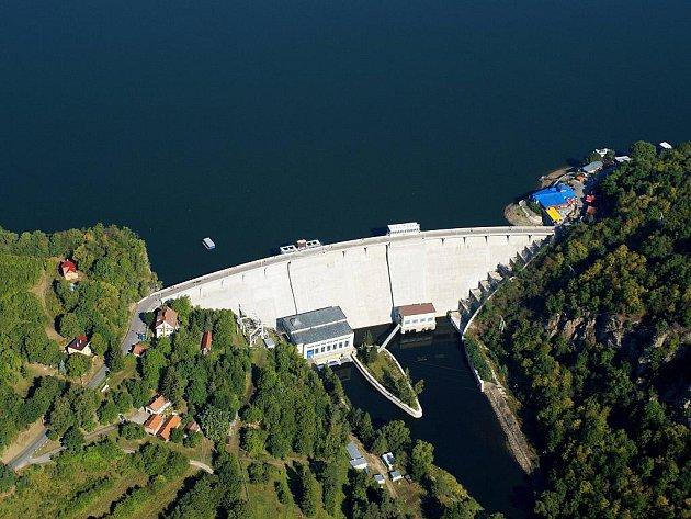 Letecký pohled na vranovskou přehradní hráz.