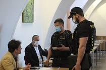 Pondělní jednání zastupitelstva mělo nečekanou zápletku. Zastupitel Jiří Kacetl si odmítl nasadit roušku. Nakonec si pro něj přišli policisté.