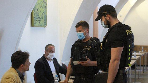 Znojemský zastupitel Kacetl si odmítl vzít roušku, přišla si pro něj policie