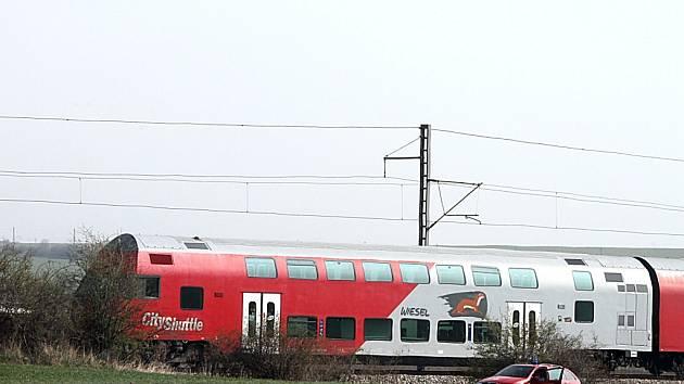 Vlak smetl mladou ženu. Policie nyní vyšetřuje, jestli nešlo o sebevraždu.