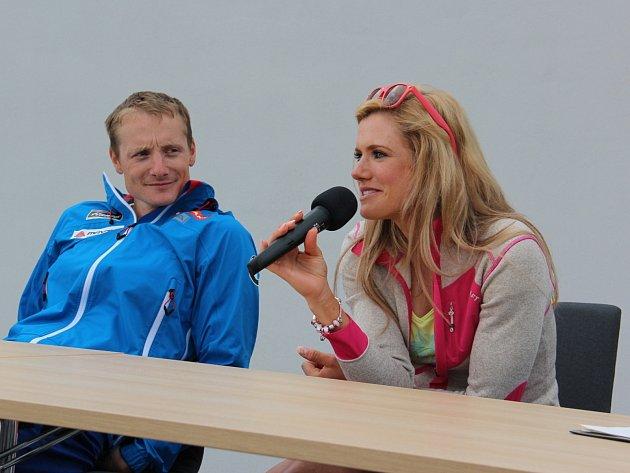O podpisy úspěšných reprezentantů v biatlonu Gabriely Soukalové a Ondřeje Moravce byl v Hnanicích velký zájem.