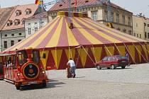 Cirkusové šapitó je hlavní scénou, kde se odehrávají představení dalšího ročníku festivalu Znojmo žije divadlem!