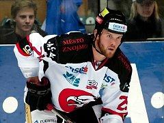 Kanadský hokejista Bryan Bickell v dresu znojemských Orlů.