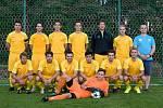 Fotbalisté Dobšic hrají I. A třídu několik let. Od léta trénují pod vedením Jaroslava Ludvíka. Vedoucí mužstva je pak pan Dofek (v modrém).