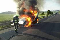 Zničující požár dodávky likvidovali hasiči v úterý ráno u Pavlic.