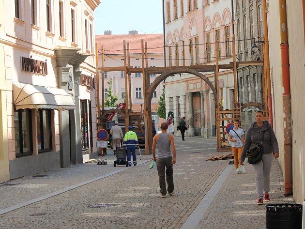 V centru Znojma už rostou vstupní brány pro Znojemské historické vinobraní. Letos se koná 13. a 14. září.