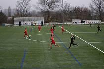 Fotbalisté Znojma (v černém) sehráli letošní poslední utkání na trávníku. V přátelském mači remizovali 3:3 s rezervou brněnské Zbrojovky.