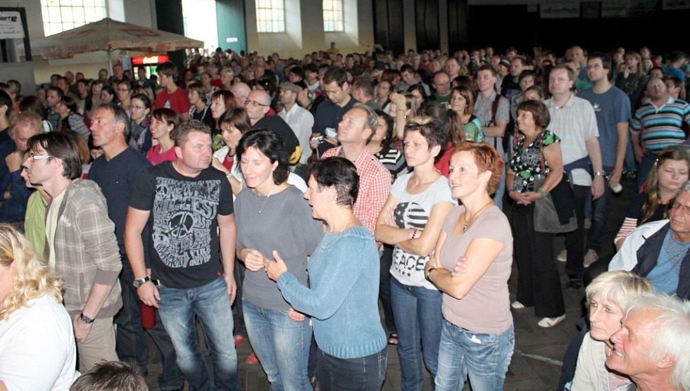 Svátek burčáku ve Znojmě Burčákfest navštívily stovky lidí. V pátek jim zahrála i skupina Backwards. Hity nesmrtelných The Beatles si zpívali lidé všech věkových kategorií.