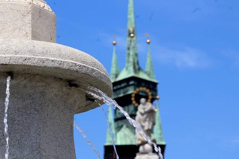Opravená a funkční kašna na Masarykově náměstí ve Znojmě.