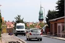 Zatím stále neprůjezdná je ulice Bala ve Znojmě. Opravuje se silnice, chodníky i opěrná zeď před Marešovou vilou.