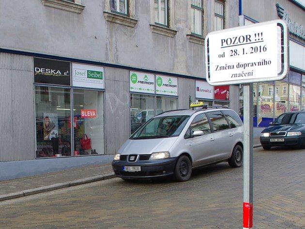 Znojemská ulice Dolní Česká je od čtvrtka jednosměrná. Řidiči již nesmí z Kovářské odbočovat směrem dolů.
