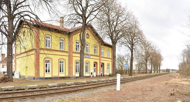 Nádražní budova u obce Břežany