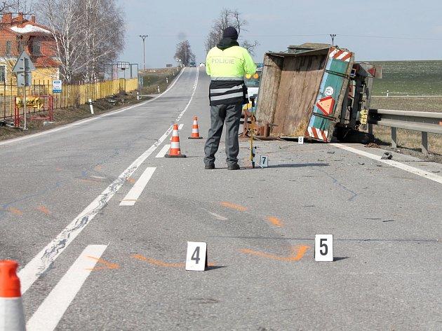 Dopravu na hlavním tahu ze Znojma do Prahy komplikovala v sobotu 15. března kolem poledne nehoda. Srazila se tam dodávka s polskou registrační značkou s traktorem, táhnoucím prázdný valník.