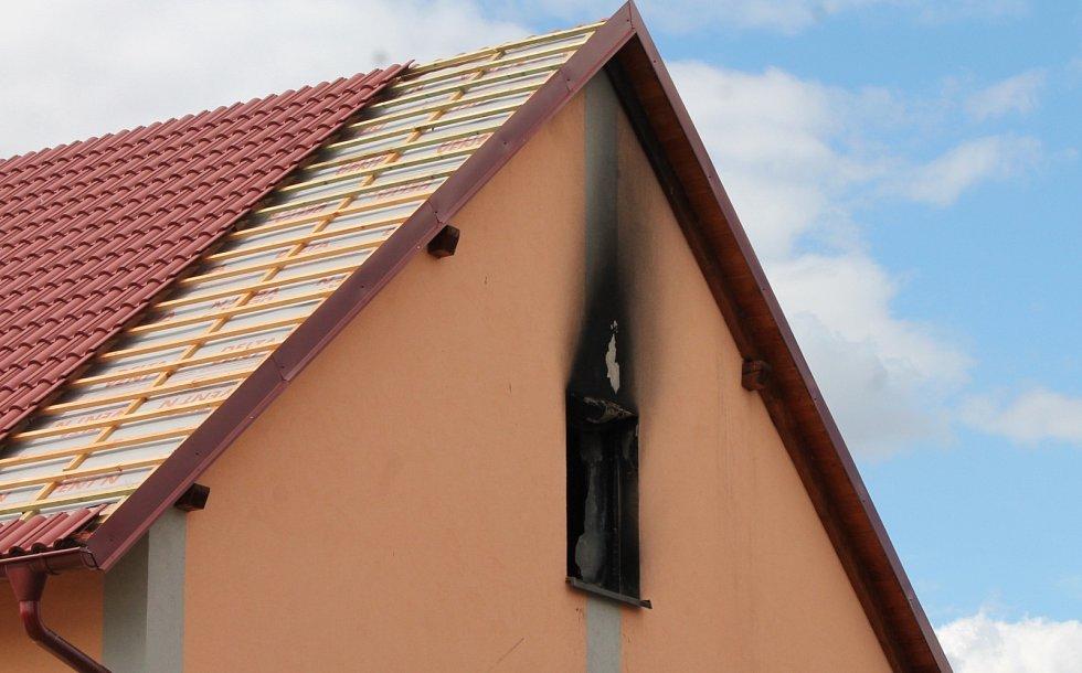 V nedalekých Tasovicích se měl útočník nedávno údajně pokusit zapálit dům, ve kterém měli původně v plánu partneři i s dětmi bydlet.