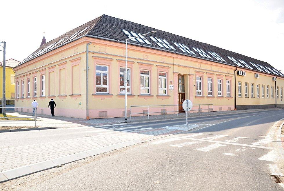 Budova základní školy v Hevlíně