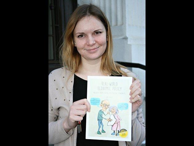 Sedmadvacetiletá asistentka soudce Veronika Mojžišová tráví každou volnou chvilku malováním. Nyní ilustrovala populárně naučnou knihu o ekonomii psanou v angličtině.