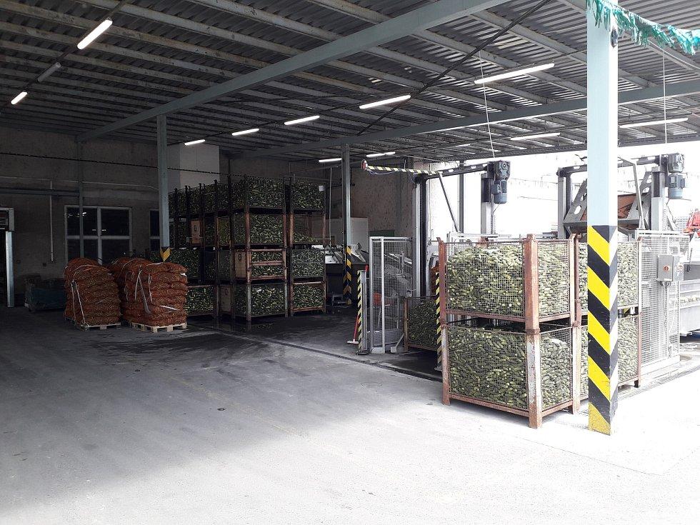 Výrobu okurek Znojmia odkoupila norská společnost Orkla. Podle původní receptury je vyrábí v Bzenci a závodě v Turecku.