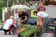 Tradičně se nejvíce sezonního ovoce a zeleniny prodává ve Znojmě na výpadovce na Prahu.