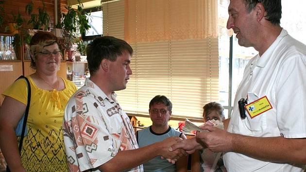 Pavel Kubíček, organizátor Topinkyády, předal dětskému oddělení téměř devadesát tisíc korun.