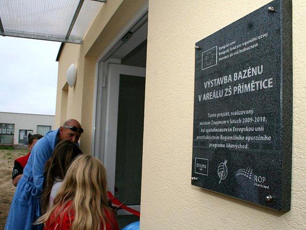 Zbrusu nový bazén se slanou vodou otevřeli 7. září představitelé města v Příměticích.