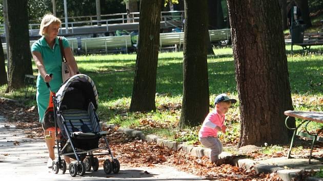 """Spadané listí a stavební materiál \""""zdobí\"""" znojemský Horní park. Kontrastem je nedávno revitalizovaný Střední park, kde návštěvníci nenajdou na zemi ani smítko."""