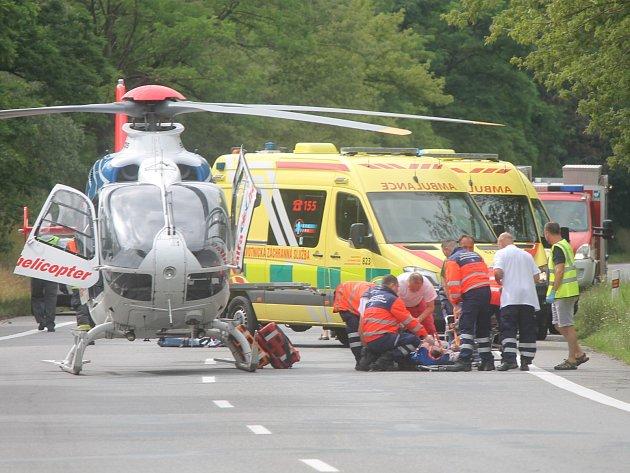 Velmi vážná dopravní nehoda se stala v pondělí před čtvrtou hodinou odpolední na hlavním tahu ze Znojma na Brno. Těsně za Znojmem, u Dobšic, se tam srazila tři osobní auta. Výsledkem jsou čtyři zraněné osoby.