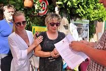 S velkými obavami a podporou sousedů očekávala v pondělí 12. července ráno rodina Petra Pelána na Pražské ulici ve Znojmě demoliční četu exekutora. Na poslední chvíli poslal odklad bourání o patnáct dnů. O legalizaci stavby žádají majitelé 10 let.