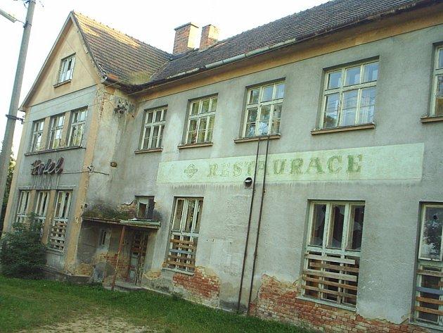 Opuštěná budova hotelu v Šumné má brzy získat nové využití. Rekonstrukce ji promění v penzion pro důchodce