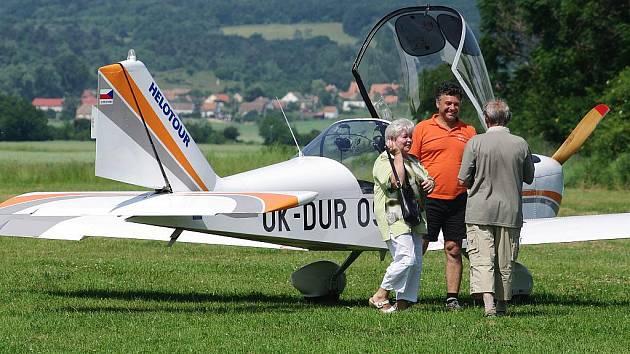 Ultralehká letadla na travnatém letišti u Nového Šaldorfu. Ilustrační fotografie.