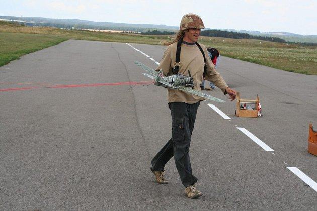 Dva dny leteckých soubojů letadel z obou světových válek zažilo o víkendu modelářské letiště u Hlubokých Mašůvek