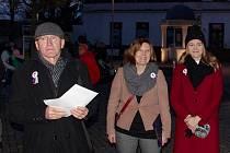 Třicet let svobody si v neděli v podvečer ve Znojmě připomělo na tisíc účastníků shromáždění na Komenského náměstí.