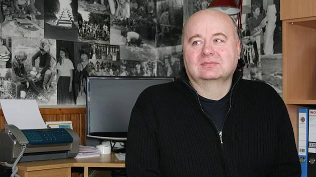 Miloslav Šnajdar  má kancelář vyzdobenou černobílými fotografiemi z akcí s dětmi.