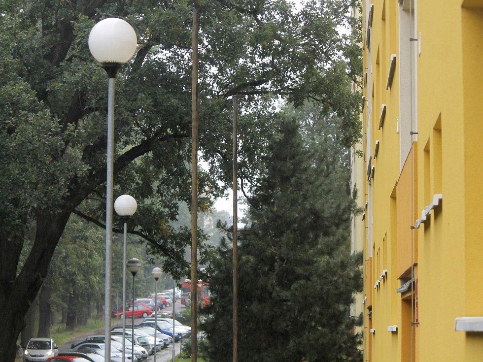 Staré lampy veřejného osvětlení ve Znojmě začnou postupně nahrazovat nové. Nejdříve zmizí nesmyslně zářící koule z Dukelské a Aninské ulice. Nahradí je úsporné LED lampy, svítící pouze dolů na zem.
