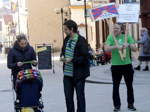 V den, kdy se v šesti stech městech a obcích České republiky objevily na radnicích na obecních úřadech vlajky Tibetu jako výraz solidarity s Tibeťany, vyrazili ve Znojmě na pochod městem i občanští aktivisté. Na podporu akce Vlajka pro Tibet.