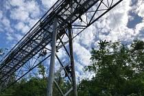Muže pracující ve výšce na lanech mohou vidět lidé na lávce nad údolím Lesky.