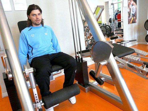 Milan Pacanda při individuálním tréninku ve znojemském posilovně