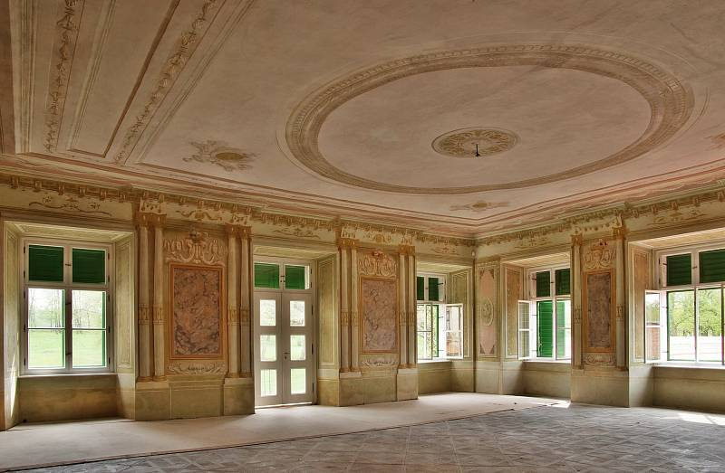 Obnova Státního zámku Uherčice na Znojemsku. Se souhlasem Státního zámku Uherčice