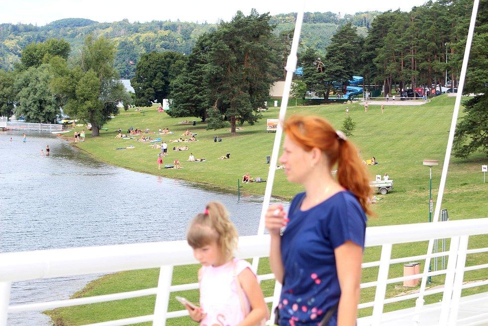 Z pláže vranovské přehrady zmizel plot, který léta znemožňoval zákonnou podmínku volného přístupu k vodě.