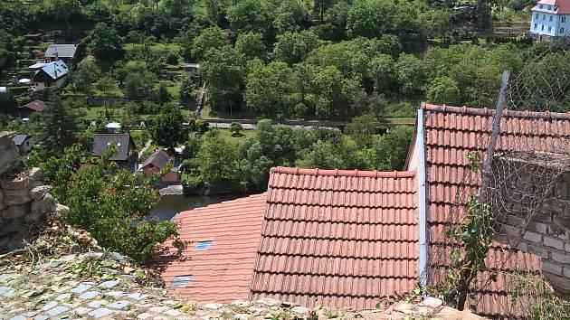 V pěší ulici Žleby ve Znojmě se ve středu odpoledne zřítila část opěrné zdi. Stalo se to při ústí s ulicí Napajedla.