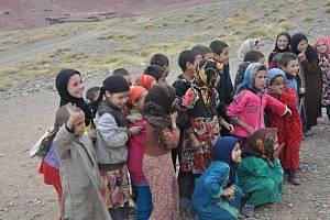 Setkání s africkými školáky v pohoří Vysokého Atlasu v Maroku.